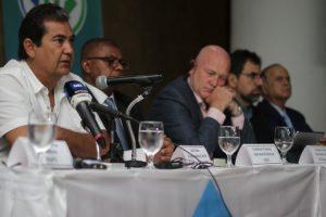 Archivo: Julio Sosa en conferencia junto a Stephen Cotton, Secretario General de la ITF