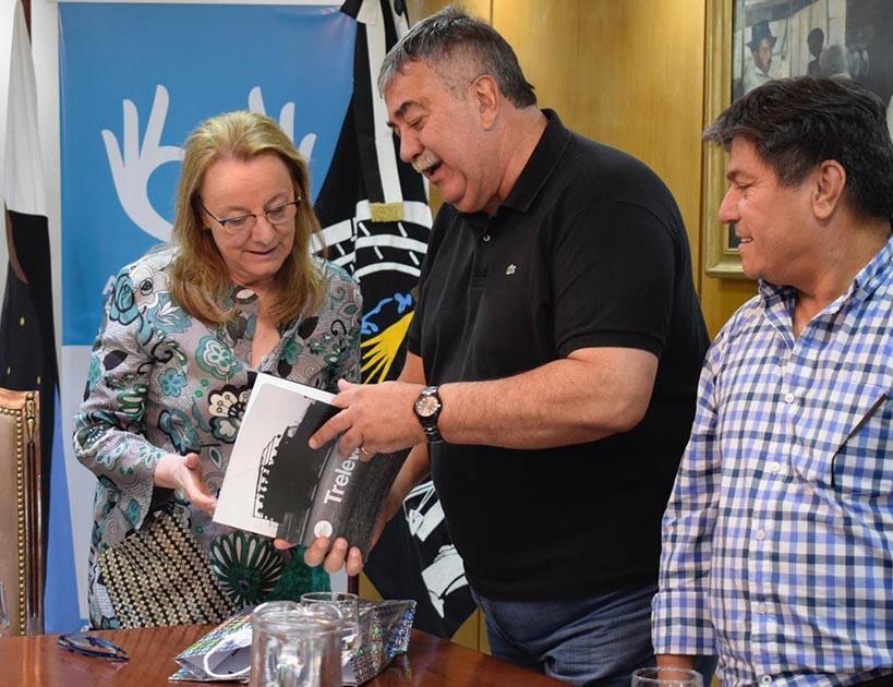 González le entregó a Kirchner un libro sobre la Masacre de Trelew.