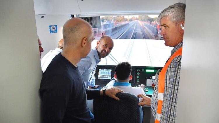 El Ministro de Transporte, Guillermo Dietrich, participando del viaje de prueba. (Prensa: GCBA)