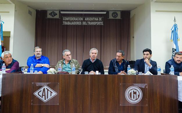 Roberto Coria (Guincheros), Mario Calegari (UTA), Juan Carlos Schmid (FeMPINRA), Felipe Solá, Omar Maturano (La Fraternidad) y Sergio Sanchez (Peajes)