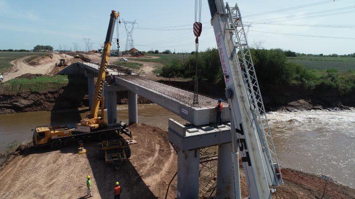 Montaje del nuevo puente ferroviario sobre el río Carcarañá a cargo de Trenes Argentinos Infraestructura para el Belgrano Cargas.