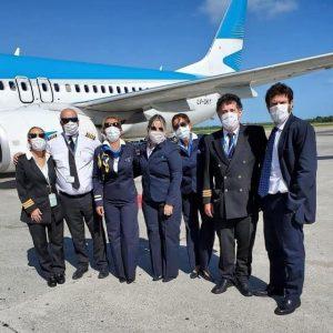 Tripulantes de cabina de Aerolíneas, a punto de embarcar