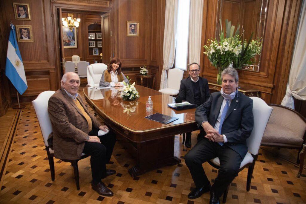 La Vicepresidenta en el Senado junto a los integrantes del Consejo Agroindustrial