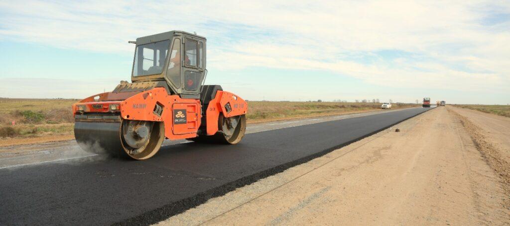 En el tramo de la Ruta Provincial 56 el proyecto avanza con la pavimentación de banquinas y la colocación de una sub base de cal.